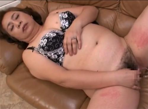 性器への欲望を汗だくでぶつけ合うデブ還暦老婆のセックスpornonab.日本人画像