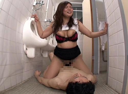 男子トイレで逆レイプする爆乳妻の騎乗位タネ搾りプレスふぇらちおじゃぱん 動画